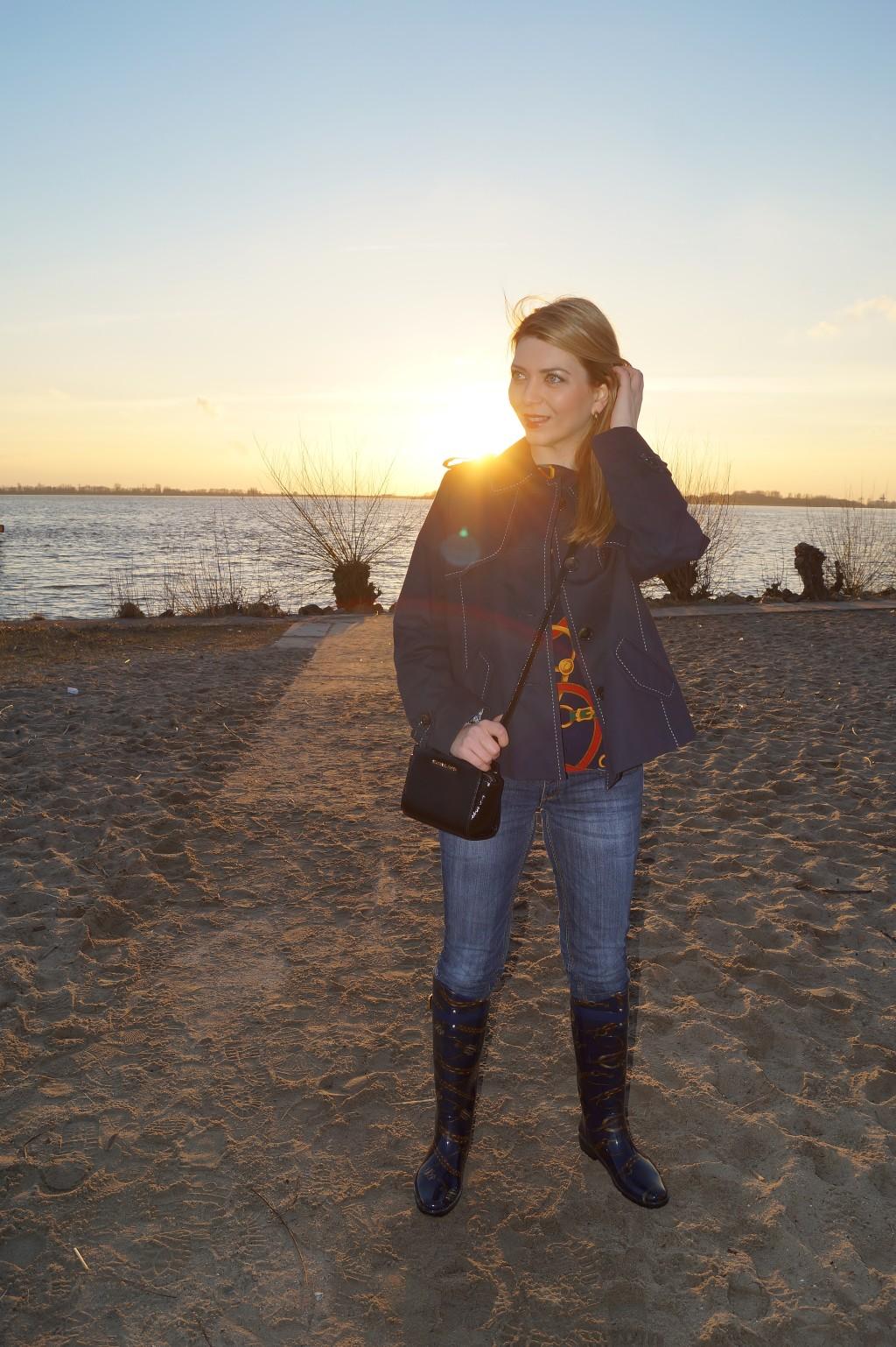 In Gummistiefeln am Blankeneser Strand