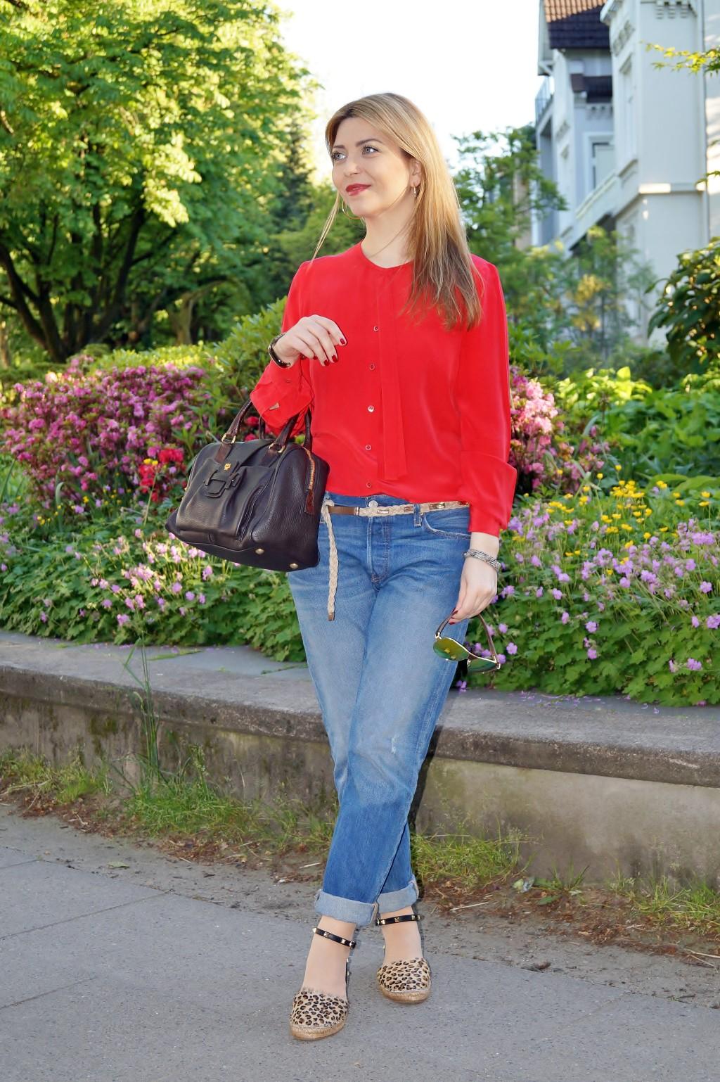 Casual Chic Rote Seidenbluse zu Jeans