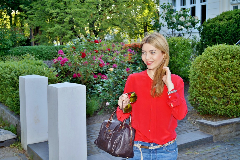 Casual Chic Rote Seidenbluse zu Jeans